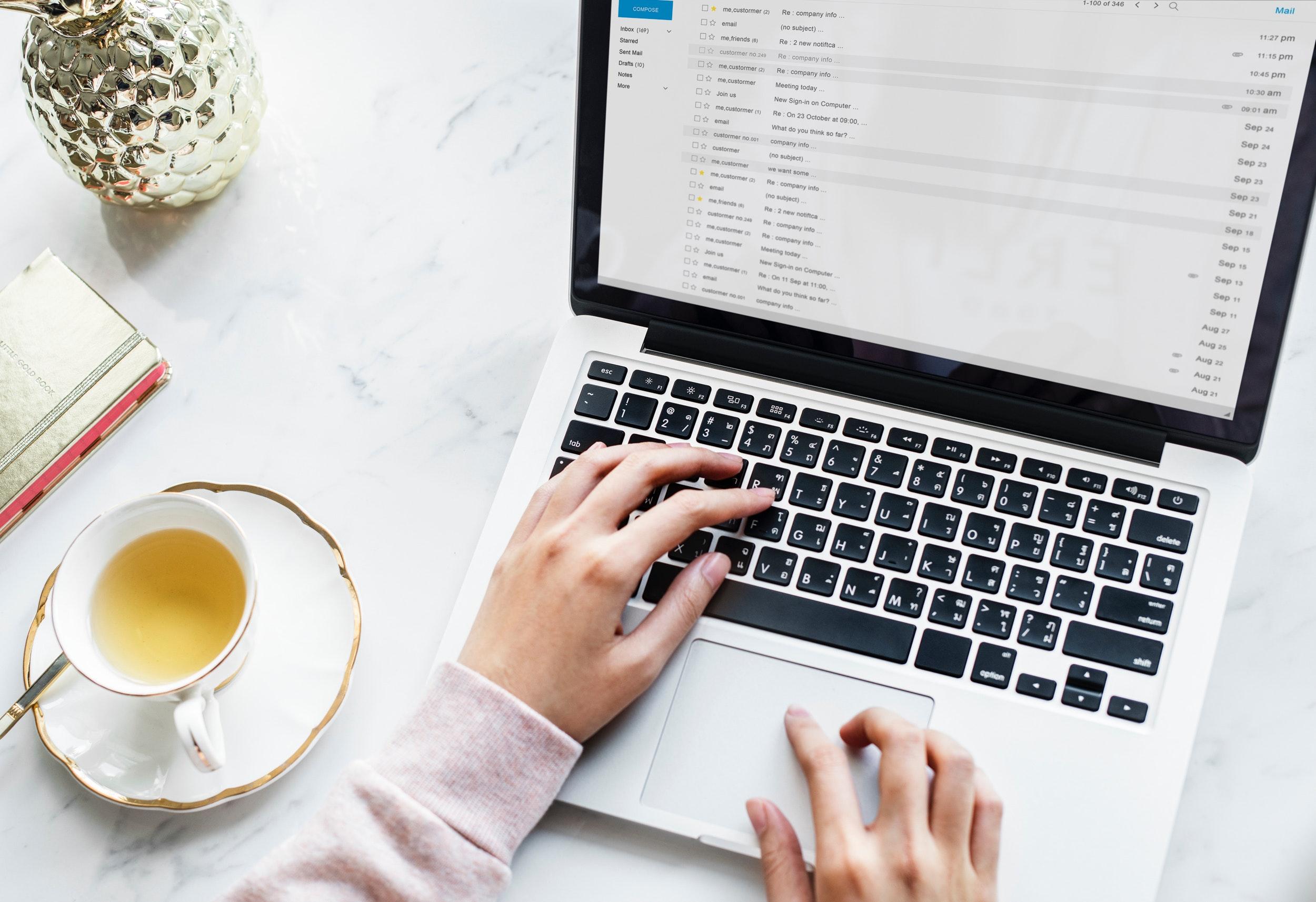Person och en dator